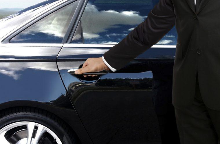 chauffeur_bij_deur_auto_gespiegeld_1920px